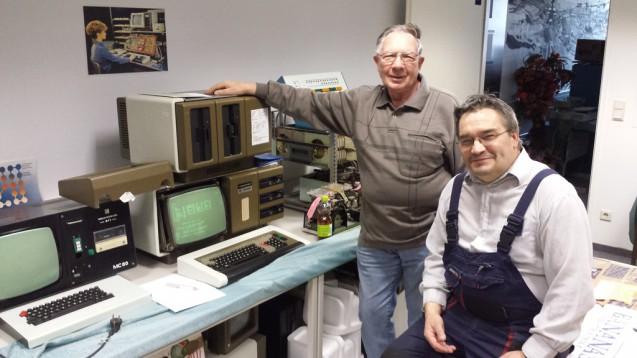Zwei Vereinsmitglieder bei der Wartung und Inventarisierung der Sammlung