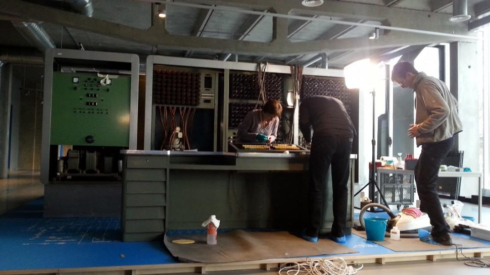 Unter Anleitung vom Restaurator Herr Lücke (r.) Reinigung der Z 22 (Quelle: Andrea Prittmann)