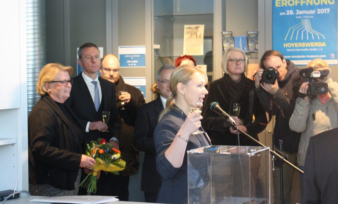 Feierliche Ausstellungseröffnung durch Frau Prittmann (Quelle: ZCOM-Stiftung)