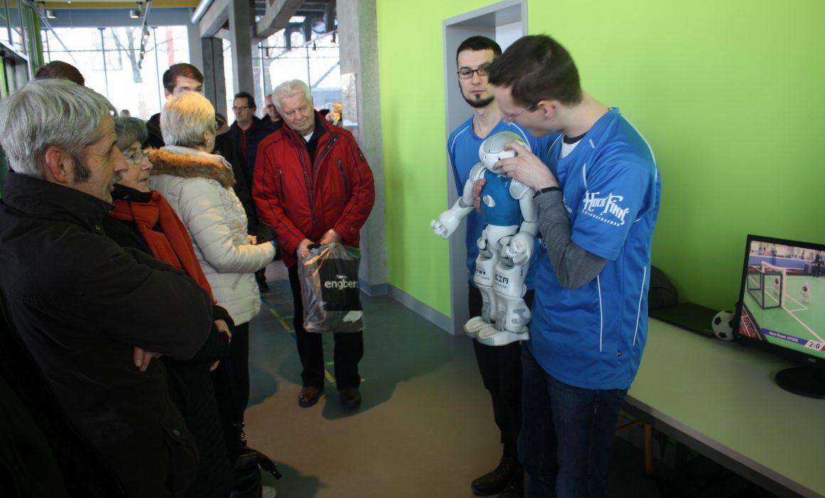 Die HTWK stellt Ihre Roboter-Fußballmannschaft im Foyer vor (Quelle: ZCOM-Stiftung)